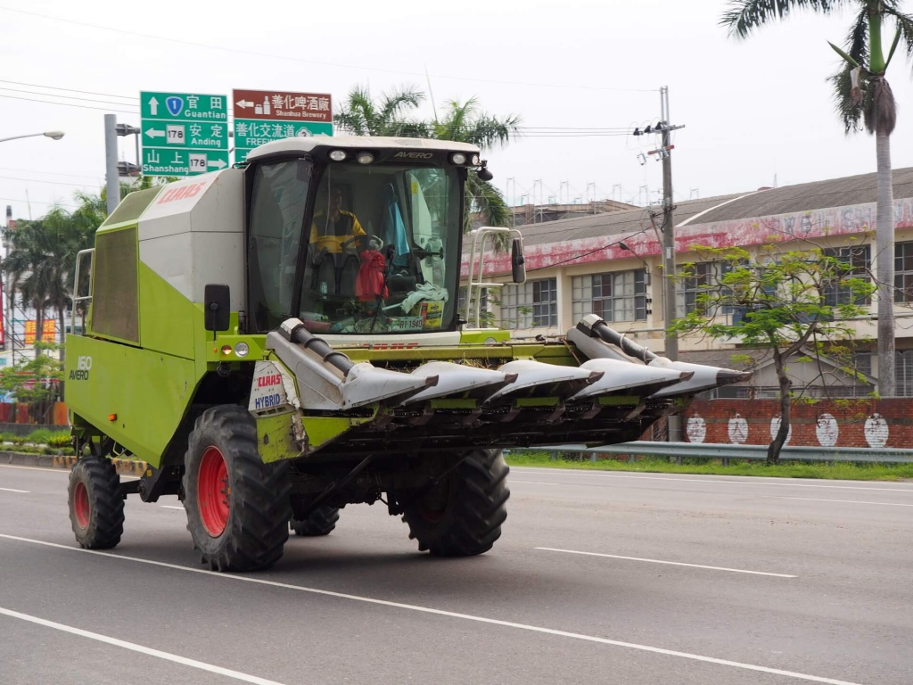 claas-harvester-on-the-street-in-tainan-3