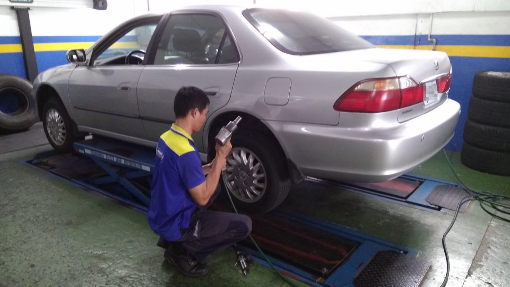 fix-the-tire-in-xinshi-tainan-20161011-01