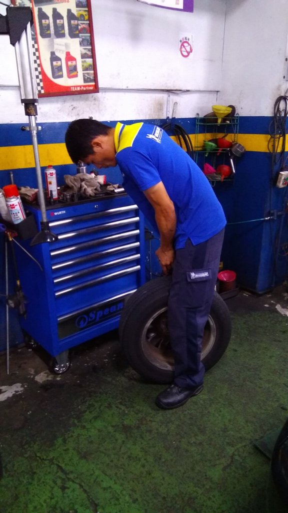fix-the-tire-in-xinshi-tainan-20161011-03